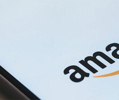 Mobiltelefon med Amazon-logotyp