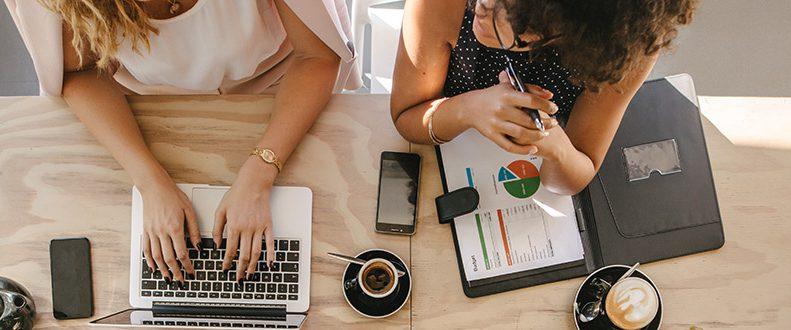 Två personer arbetar med marknadsföring