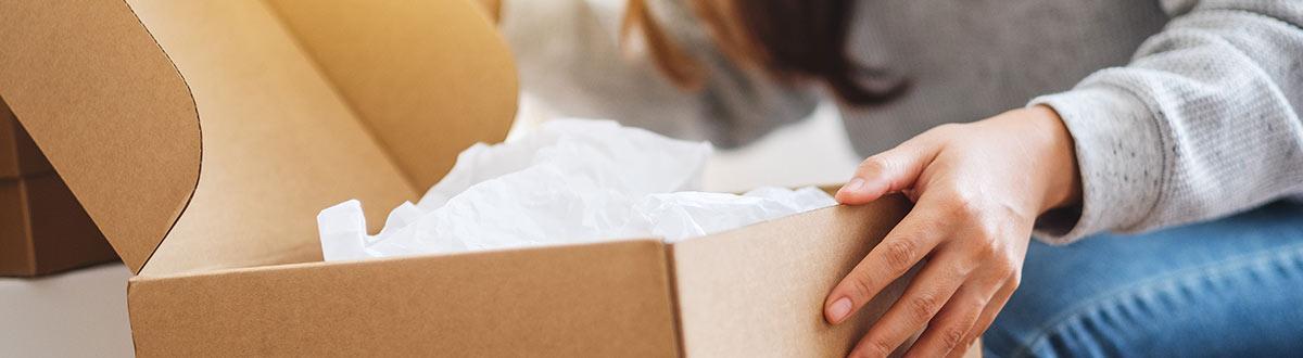 Person som packar upp ett paket